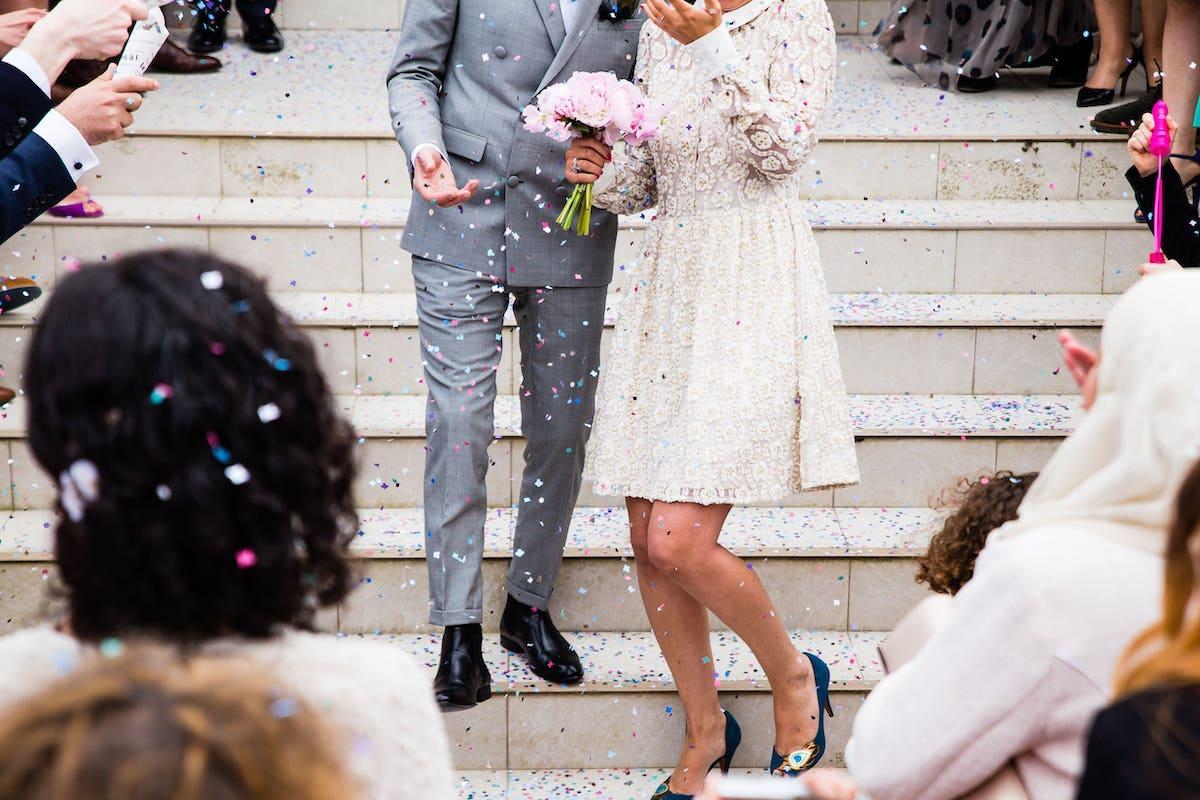 Brautpaar Hochzeitsgäste Kleidung