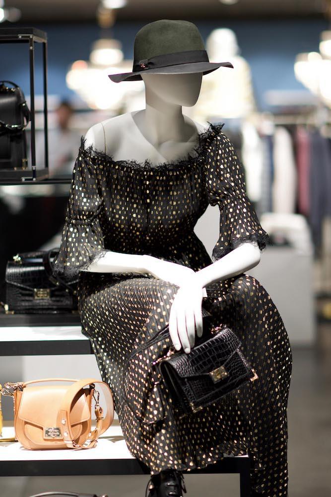 Mannequin mit langem schwarzen Kleid