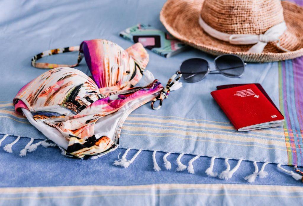 Bikini mit Hut und Sonnenbrille