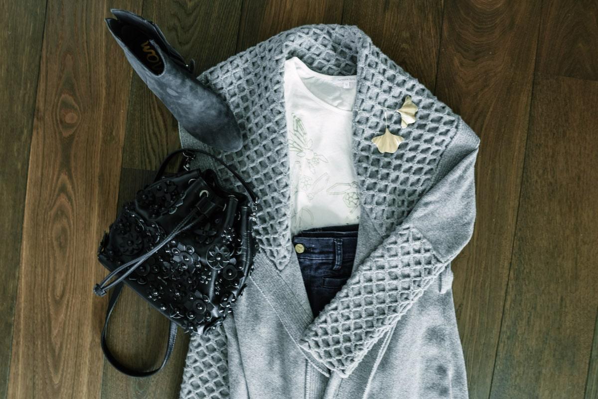 Strickjacke, Jeans und Shirt