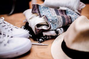 Kleider auf Tisch