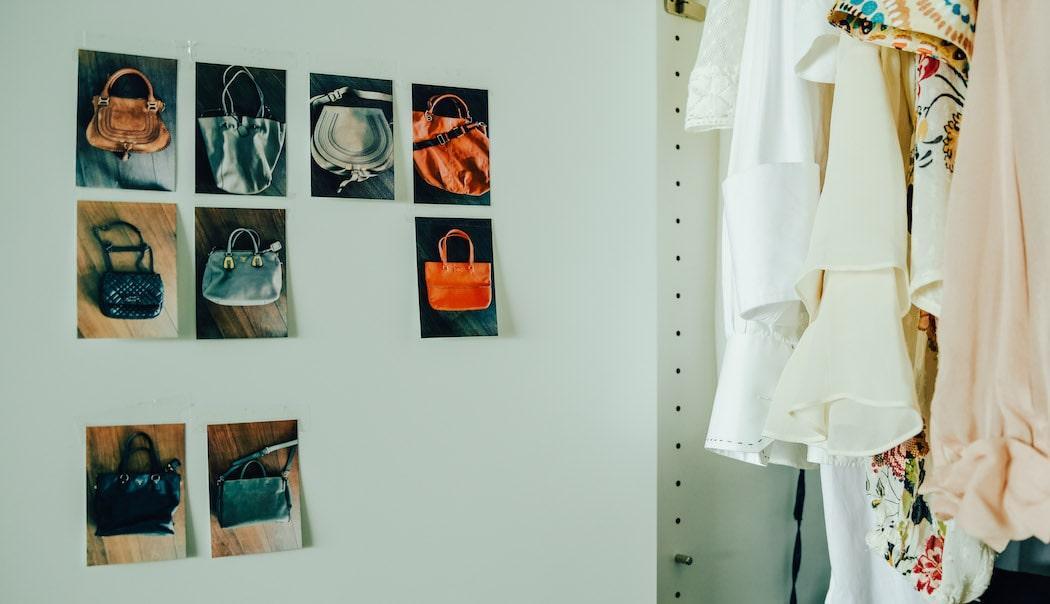 Fotos von Taschen in Schranktür