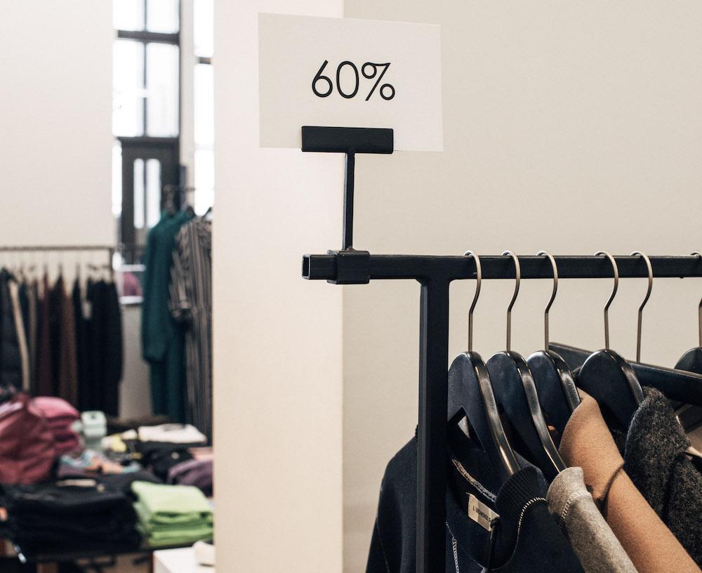 Kleiderständer mit Rabattschild