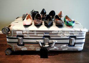 Schuhe auf Koffer