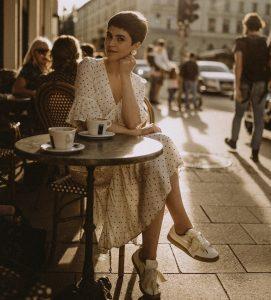 Frau im Cafe